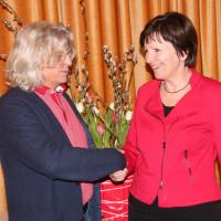 SPD Ortsvereinsvorsitzender Hans-Dieter Brückner gratuliert Heidi Sponsel zur neuen Funktion