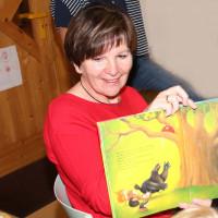 Zweite Bürgermeisterin Heidi Sponsel (SPD) beim Vorlesen im Integrativen Kindergarten Rückersdorf