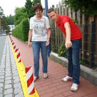 Der Vorsitzenden der SPD Gemeinderatsfraktion Alexander Ciriacy-Wantrup und die Zweiten Bürgermeisterin Heidi Sponsel Besichtigen die neue Schulwegabtrennung